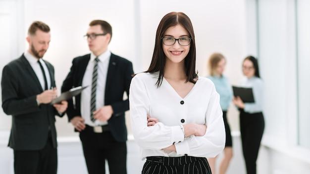 Empresária em pé no saguão do escritório.
