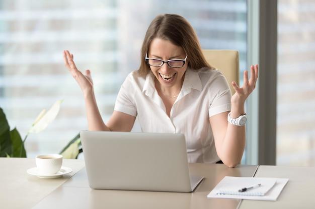 Empresária em raiva após perda de informação