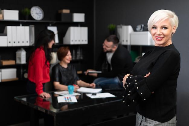 Empresária em trabalhadores de escritório, discutindo o projeto