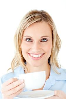 Empresária encantadora que aprecia seu café