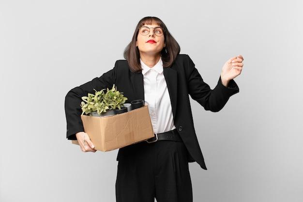 Empresária encolhendo os ombros, sentindo-se confusa e insegura, duvidando com os braços cruzados e olhar perplexo