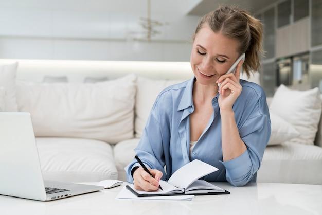 Empresária, escrevendo com caneta