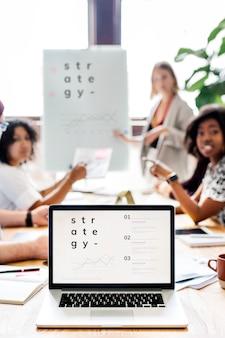 Empresária escrevendo em um quadro na sala de reuniões
