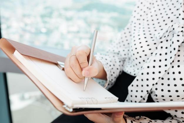 Empresária escrevendo planos