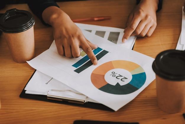 Empresária está trabalhando com diagrama no escritório