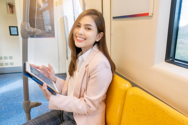Empresária está trabalhando no metro
