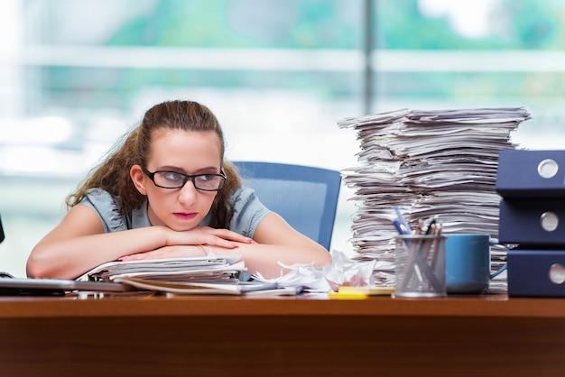 Empresária estressada com pilha de papéis