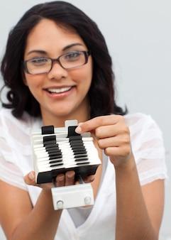 Empresária étnica sorridente procurando por um índice