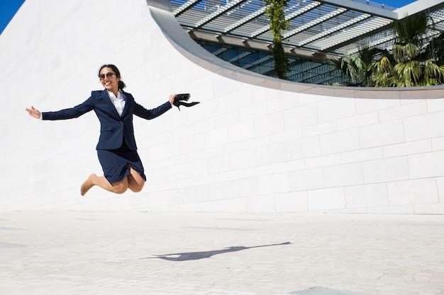 Empresária excitada alegre comemorando sucesso