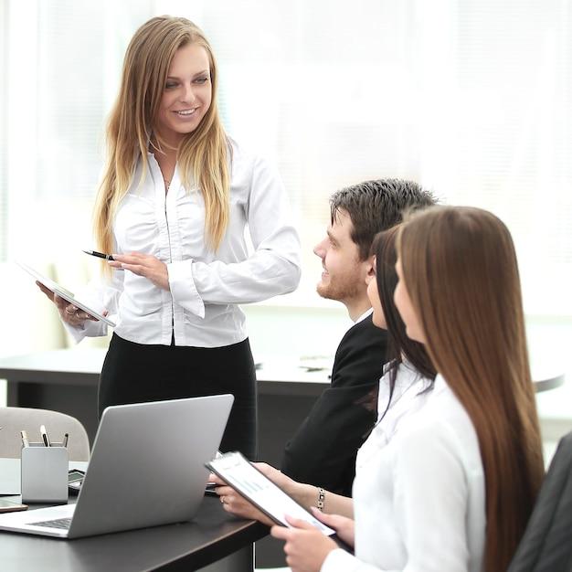 Empresária explicando plano de negócios para seus colegas
