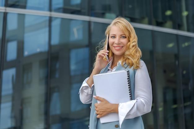Empresária falando ao telefone perto do centro de negócios