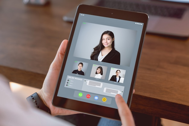 Empresária, fazendo a videochamada reunião para equipe on-line.