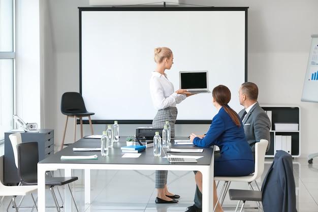 Empresária fazendo apresentação durante reunião no escritório