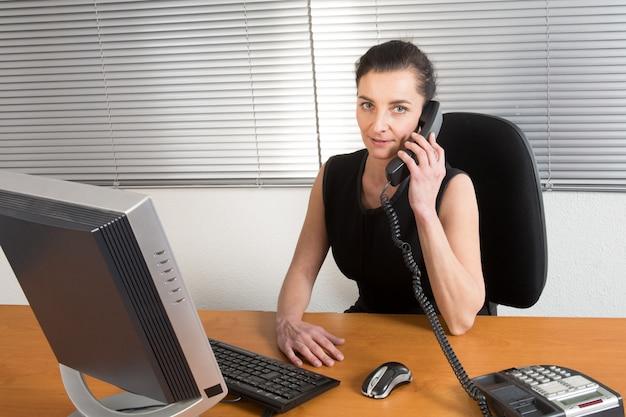 Empresária, fazendo uma ligação no escritório