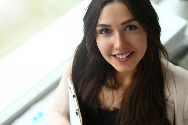 Empresária feliz bonita adulta da forma do sorriso