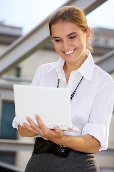 Empresária feliz com laptop