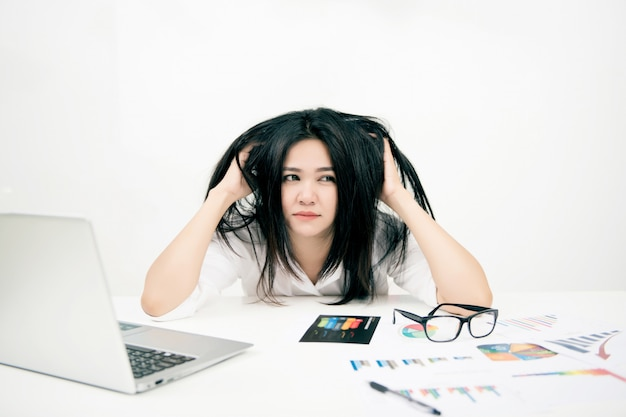Empresária ficando dor de cabeça com laptop