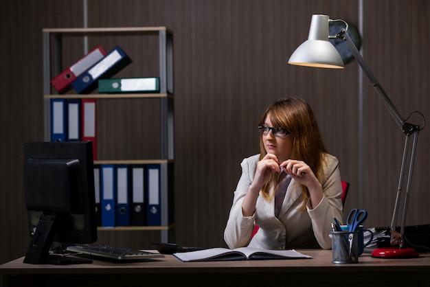 Empresária ficar no escritório por longas horas