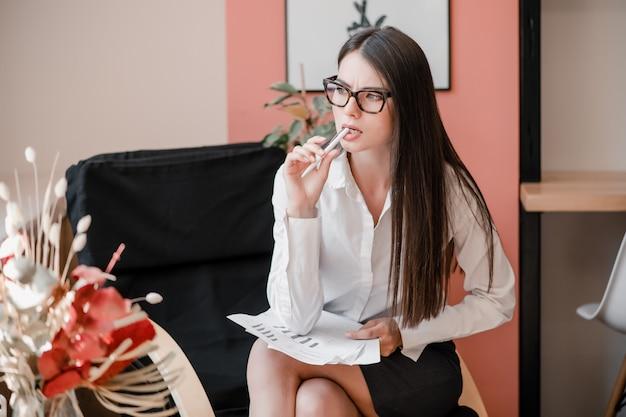 Empresária inteligente pensando na cadeira
