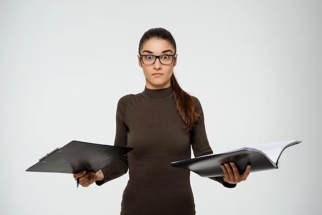 Empresária inteligente produtiva, estudando o relatório, mantenha documentos
