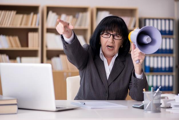 Empresária irritada, gritando com alto-falante