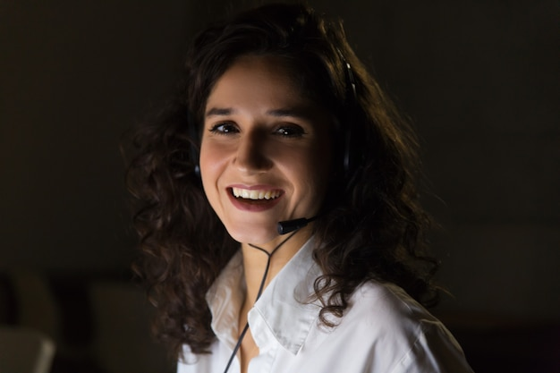 Empresária jovem alegre no fone de ouvido