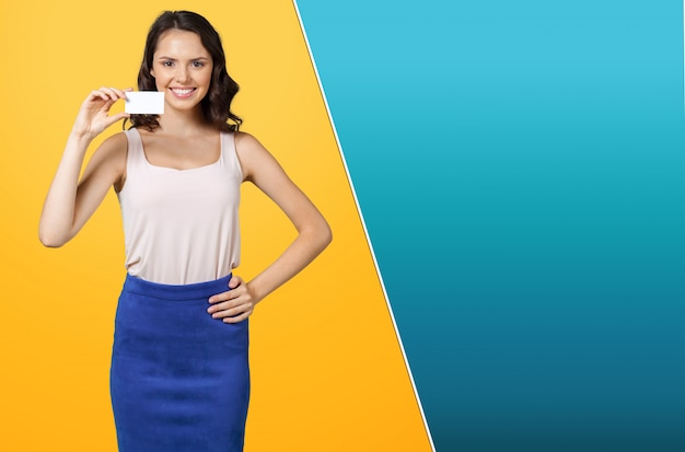 Empresária jovem e atraente casual, mostrando seu cartão de visita branco em branco / sinal vazio