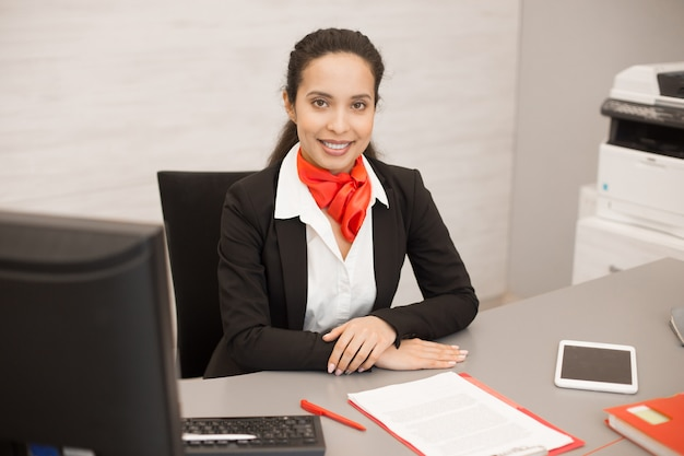 Empresária latina na mesa