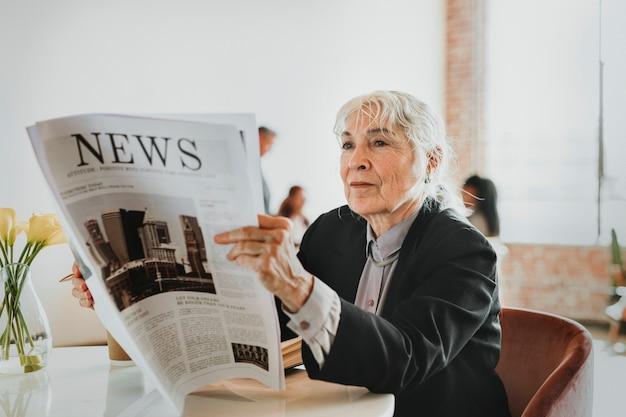 Empresária lendo jornal em uma oficina