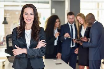 Empresária líder em escritório moderno com empresários trabalhando