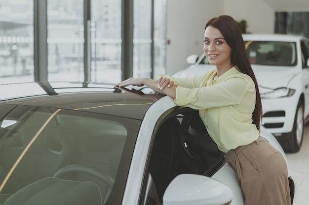 Empresária linda comprando automóvel novo