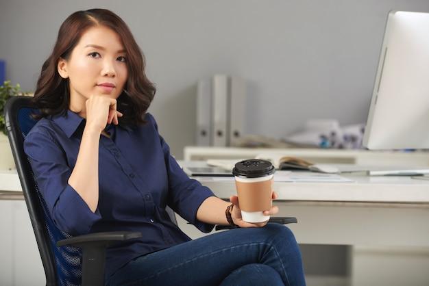 Empresária linda e confiante