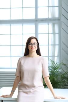 Empresária linda posando no escritório interior