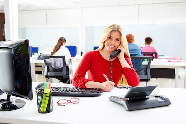 Empresária loira no escritório de trabalho de call center