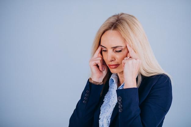 Empresária madura, com dor de cabeça