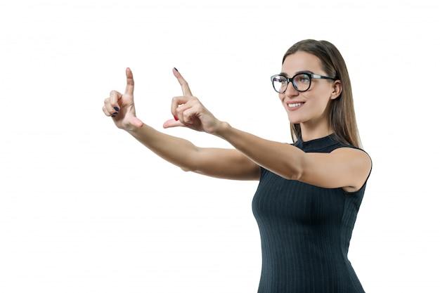 Empresária moderna com óculos tocando a tela virtual
