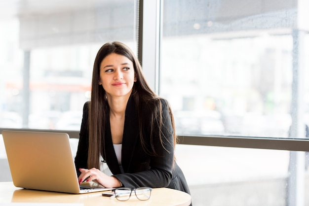 Empresária morena com laptop