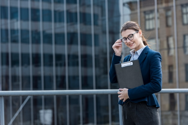 Empresária morena posando ao ar livre