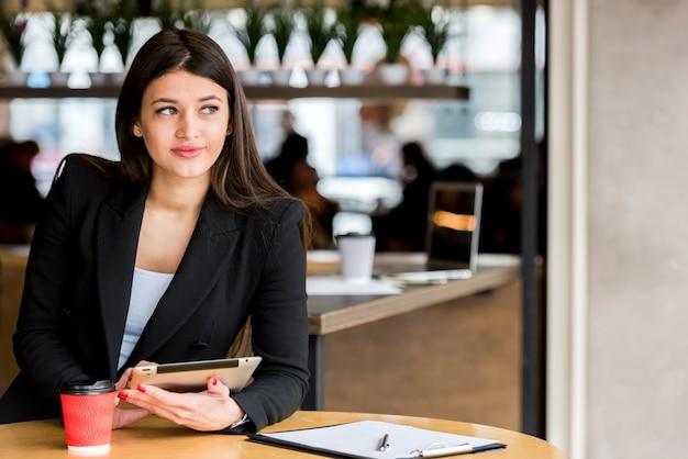 Empresária morena usando seu tablet