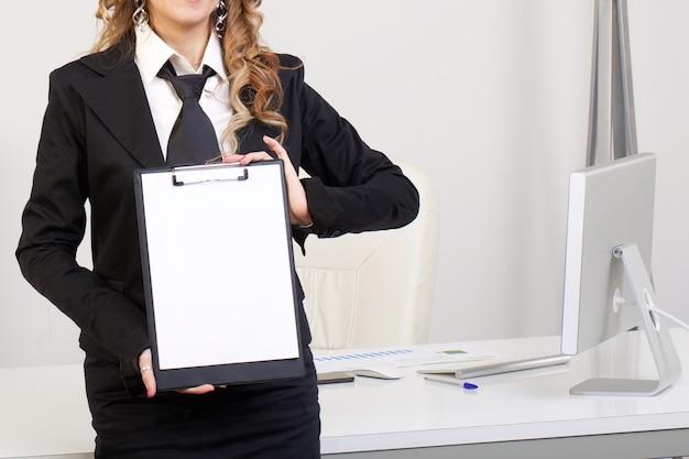 Empresária mostra folha em branco na área de transferência
