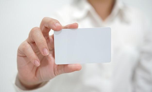 Empresária, mostrando o cartão de visita.