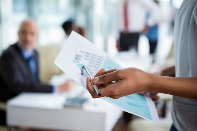 Empresária, mostrando o gráfico no escritório