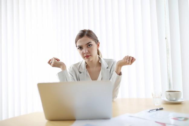 Empresária, mulher está trabalhando com o laptop no escritório