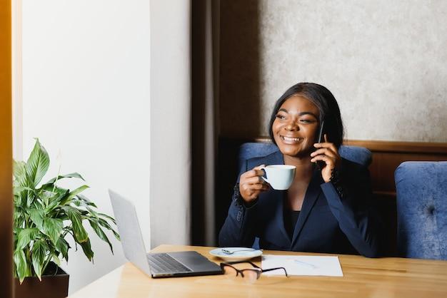 Empresária negra usando tablet em um café