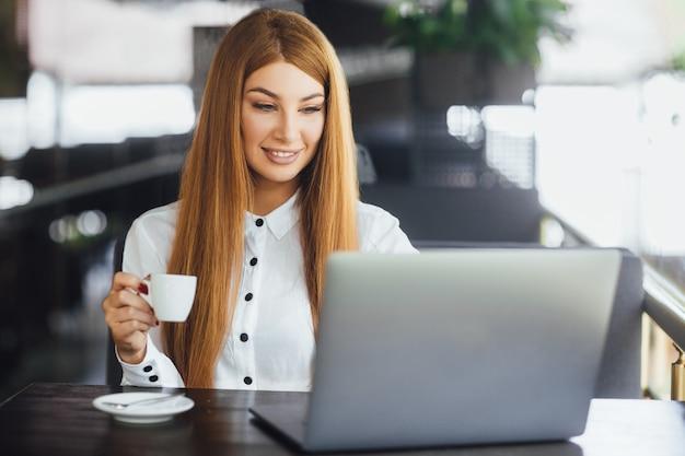 Empresária no café