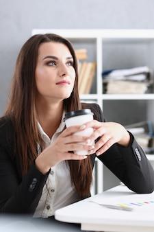 Empresária no local de trabalho em retrato de escritório durante as férias