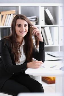 Empresária no local de trabalho no retrato do escritório