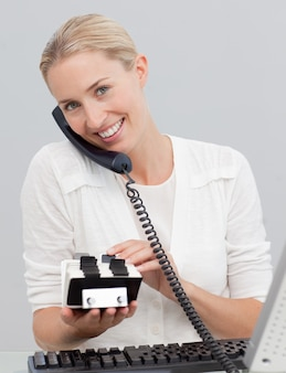 Empresária no telefone e pesquisando o índice