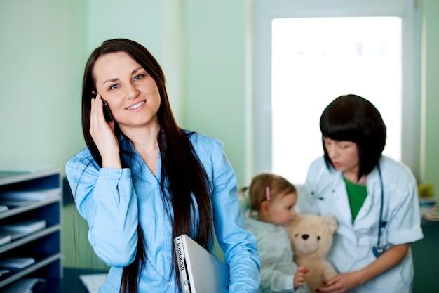 Empresária ocupada levando a filha ao médico