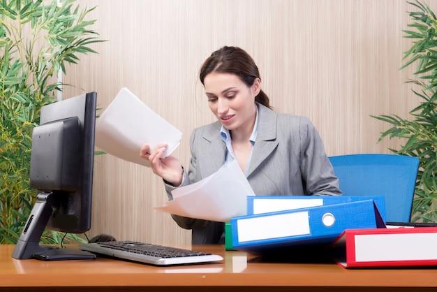 Empresária ocupada no escritório sob estresse